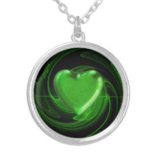 緑のハートの螺線形の背景 シルバープレートネックレス