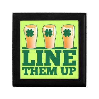 緑のパイントのアイルランド人ビールの上のそれらを並べて下さい ギフトボックス