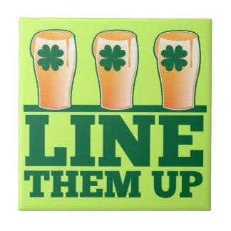 緑のパイントのアイルランド人ビールの上のそれらを並べて下さい タイル