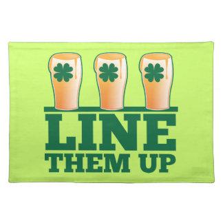 緑のパイントのアイルランド人ビールの上のそれらを並べて下さい ランチョンマット