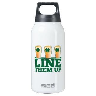 緑のパイントのアイルランド人ビールの上のそれらを並べて下さい 断熱ウォーターボトル