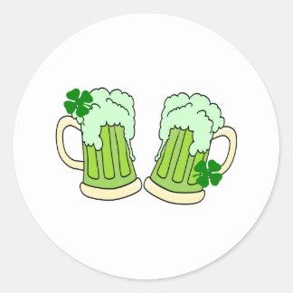 緑のビールのジョッキのトースト ラウンドシール