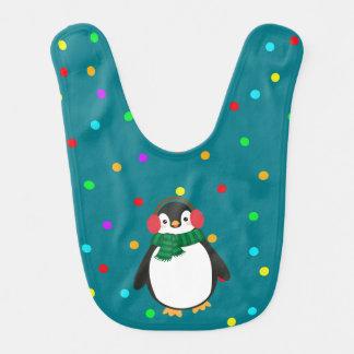 緑のベビー用ビブのイヤーマフを持つクリスマスのペンギン ベビービブ