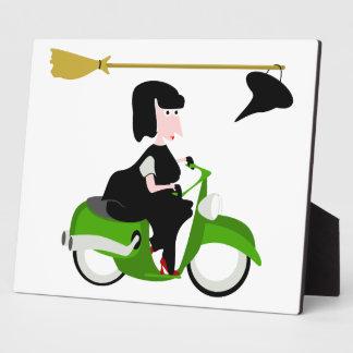 緑のモペットに乗っている魔法使い フォトプラーク
