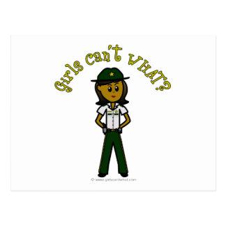 緑のユニフォームの暗いメスの保安官 ポストカード