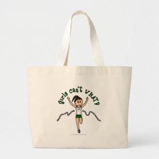 緑のユニフォームの軽い女の子のランナー ラージトートバッグ