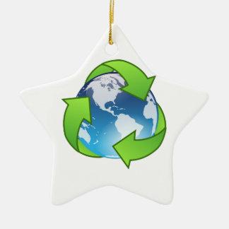 緑のリサイクルの記号によって囲まれる惑星の地球 セラミックオーナメント