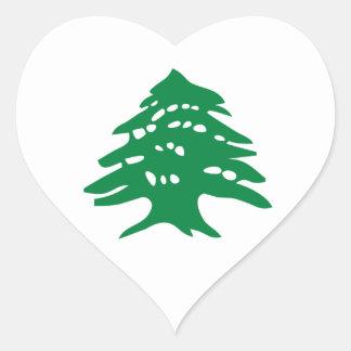 緑のレバノンのヒマラヤスギ木 ハートシール
