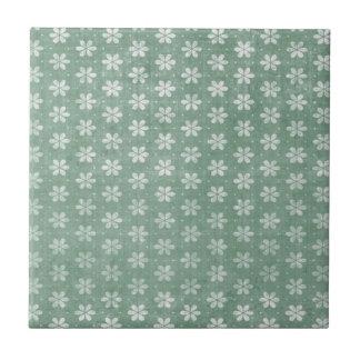 緑のヴィンテージのグランジな白い花 タイル