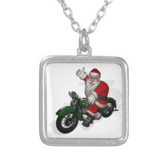 緑のヴィンテージのモーターバイクのおもしろいなサンタクロース シルバープレートネックレス