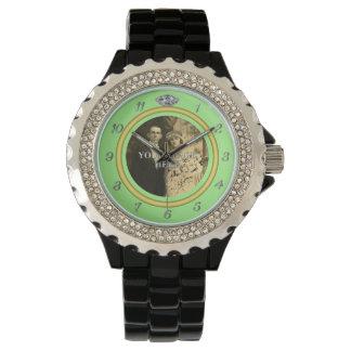 緑の写真が付いているかわいらしいダイヤモンドの結婚指輪 腕時計