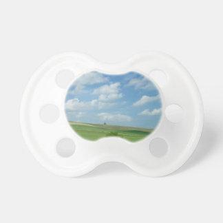 緑の分野上の雲 おしゃぶり