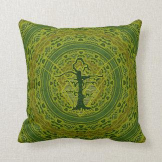 緑の抽象的で古い枯らされた木 クッション