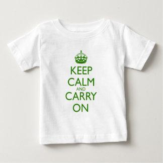 緑の文字を競争させているKeep Calm and Carry Onイギリス ベビーTシャツ