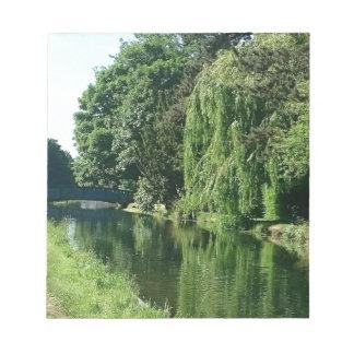 緑の明るい春日の緑の木の川の歩行 ノートパッド