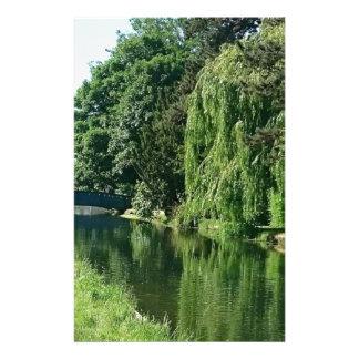 緑の明るい春日の緑の木の川の歩行 便箋