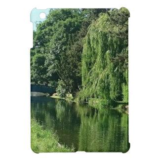 緑の明るい春日の緑の木の川の歩行 iPad MINIケース