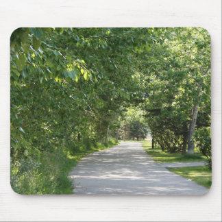 緑の木のmousepadが付いている道 マウスパッド