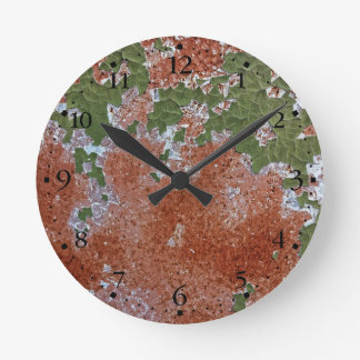 緑の欠けるペンキは金属Clockface 1錆つきました ラウンド壁時計