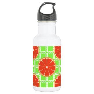 緑の正方形の明るい夏の柑橘類のグレープフルーツ ウォーターボトル