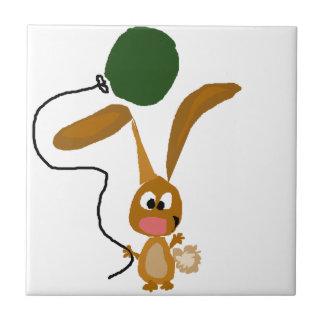 緑の気球が付いているおもしろいなバニーウサギ タイル