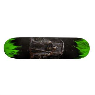緑の炎が付いている死神のスケートボード スケボー
