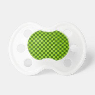 緑の組合せのクラシックのチェッカーボード おしゃぶり