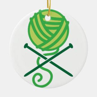 緑の編み物のウールおよび骨が交差した図形の針 セラミックオーナメント