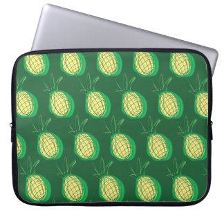 緑の背景のファンキーなパイナップル ラップトップスリーブ