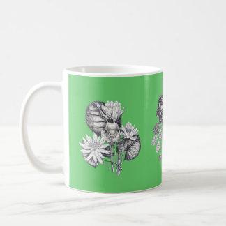 緑の背景のモノクロ花 コーヒーマグカップ