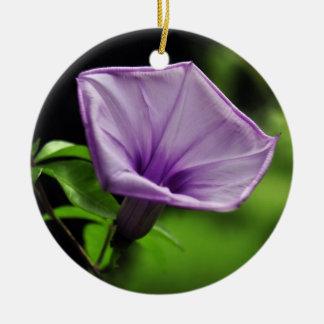 緑の背景の紫色の花 セラミックオーナメント