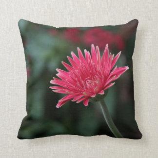 緑の背景の鮮やかなピンクのガーベラのデイジー クッション
