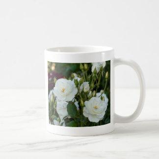 緑の背景を持つ白いバラ コーヒーマグカップ