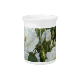 緑の背景を持つ白いバラ ピッチャー