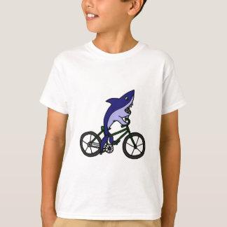 緑の自転車に乗っているおもしろいのヨシキリザメ Tシャツ