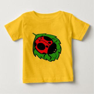 緑の葉の微笑のてんとう虫 ベビーTシャツ