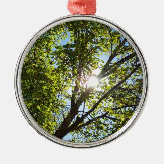 緑の葉の木を通した日光 メタルオーナメント