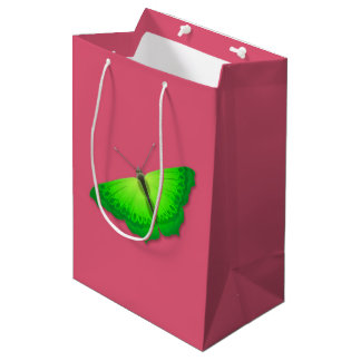 緑の蝶が付いているピンクのギフトバッグ ミディアムペーパーバッグ