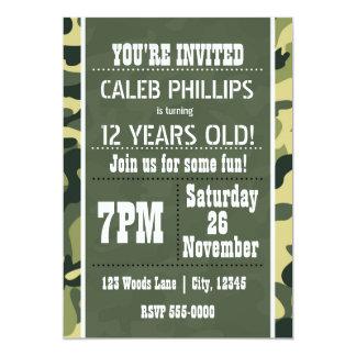 緑の軍隊のカムフラージュのバースデーパーティ招待状 カード