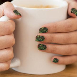 緑の迷彩柄の指の爪のカバー ネイルアート