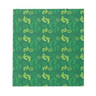 緑の鬼の足のかわいいパターン ノートパッド