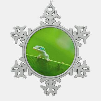 緑のAnoleのトカゲの遭遇 スノーフレークピューターオーナメント