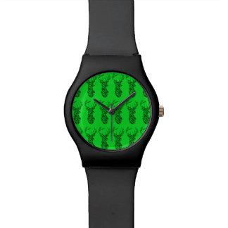 緑のbkgの子供の腕時計を持つ黒いシカ 腕時計