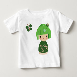 緑のKokeshiの三重項のベビーのティー ベビーTシャツ