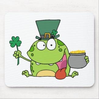 緑のSt patricks dayの小妖精のカエル マウスパッド