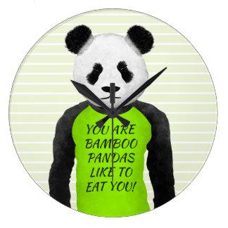緑のTシャツを身に着けているおもしろいなパンダ ラージ壁時計