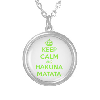 緑は平静およびHakuna Matataを保ちます シルバープレートネックレス