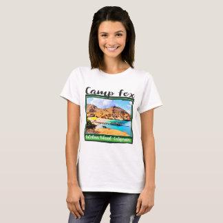 緑フレームのキャンプのキツネの青空の白い雲 Tシャツ