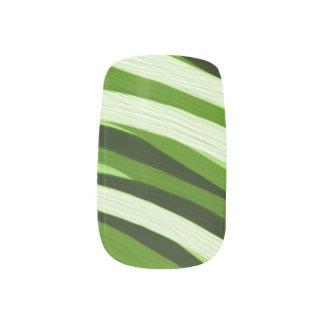 緑ブラシストロークネイルのデザイン ネイルアート
