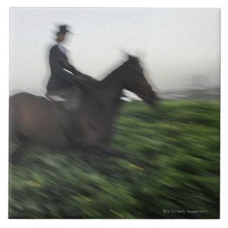 緑分野の乗馬。 馬に乗って女性 タイル